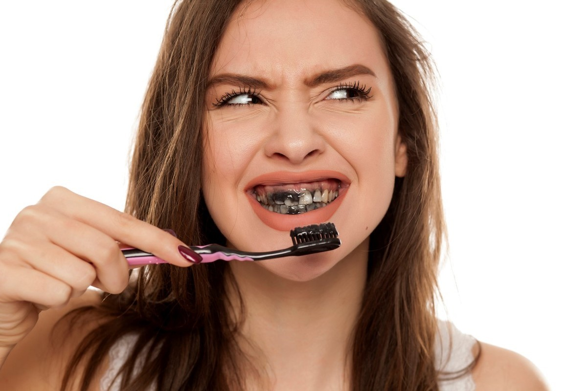 Các Cách Làm Trắng Răng Tự Nhiên Với Than Hoạt Tính